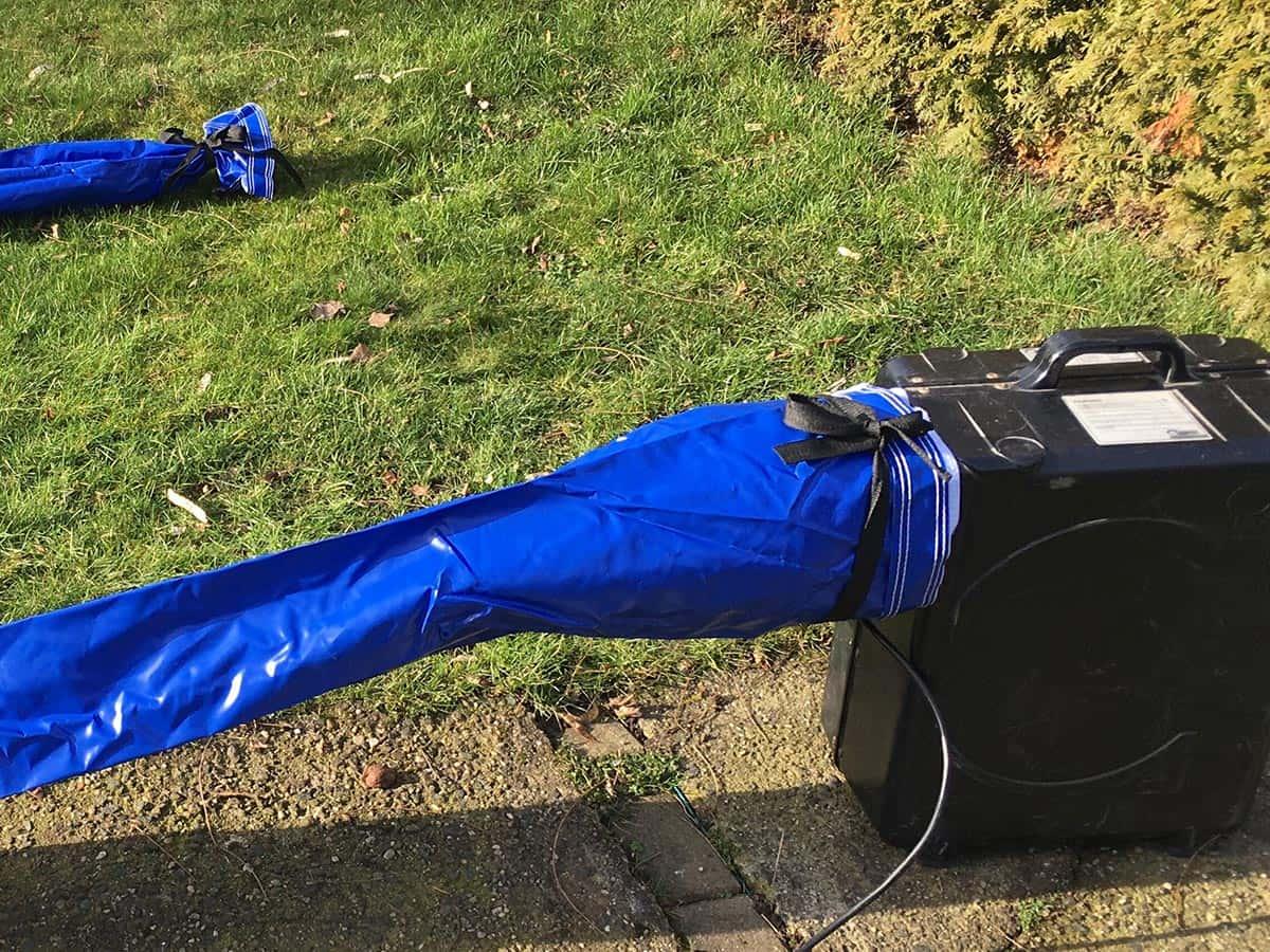 Den 2. Luftschlauch verschließen, möglichst zusammenrollen und unter Klett verstecken
